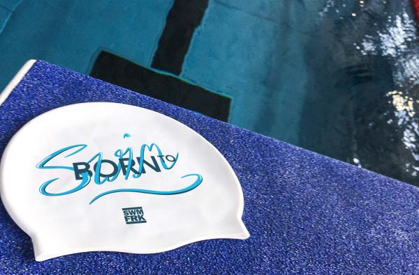 Born to Swim Cap | Auf Wunsch mit individuellem Jahrgang